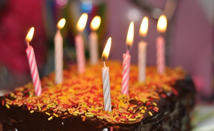 Торт, украшенный свечами